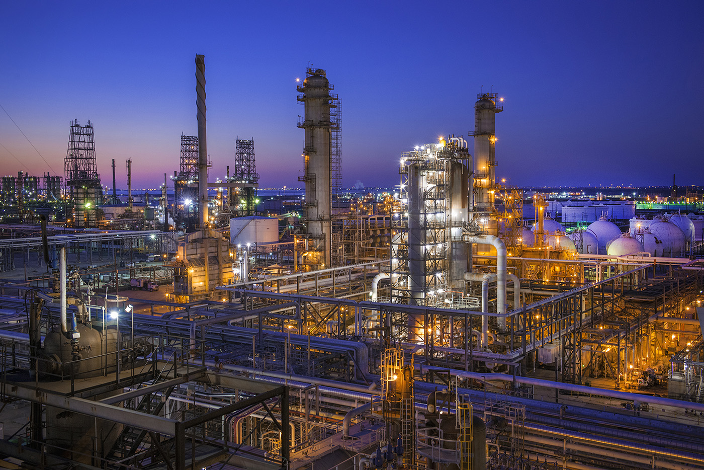Using Explosion Proof LED in Oil and Gas Refining and Processing Facilities